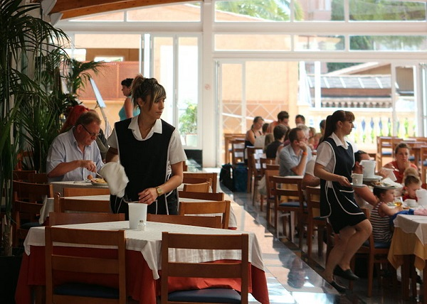 Restaurant_in_einem_Hotel_in_Cala_Millor_-_Kellnerinen_bei_der_Arbeit